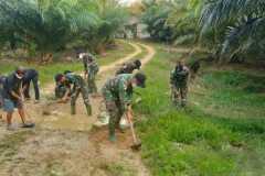 TNI dan warga gotong royong perbaiki jalan rusak di batas RI-Malaysia